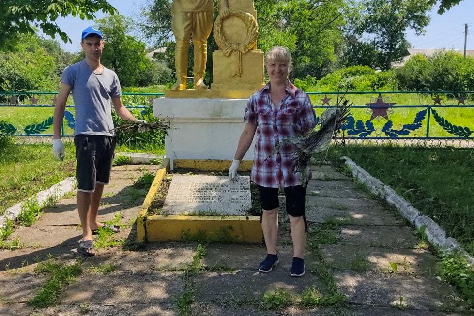 Субботник у памятника неизвестному солдату провели активисты Свердловска