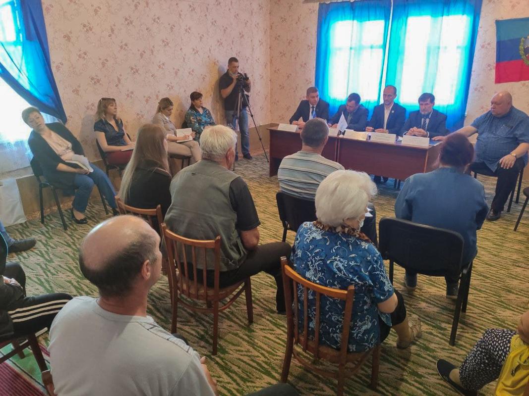 В посёлке Донецкий депутаты провели «Парламентский час»