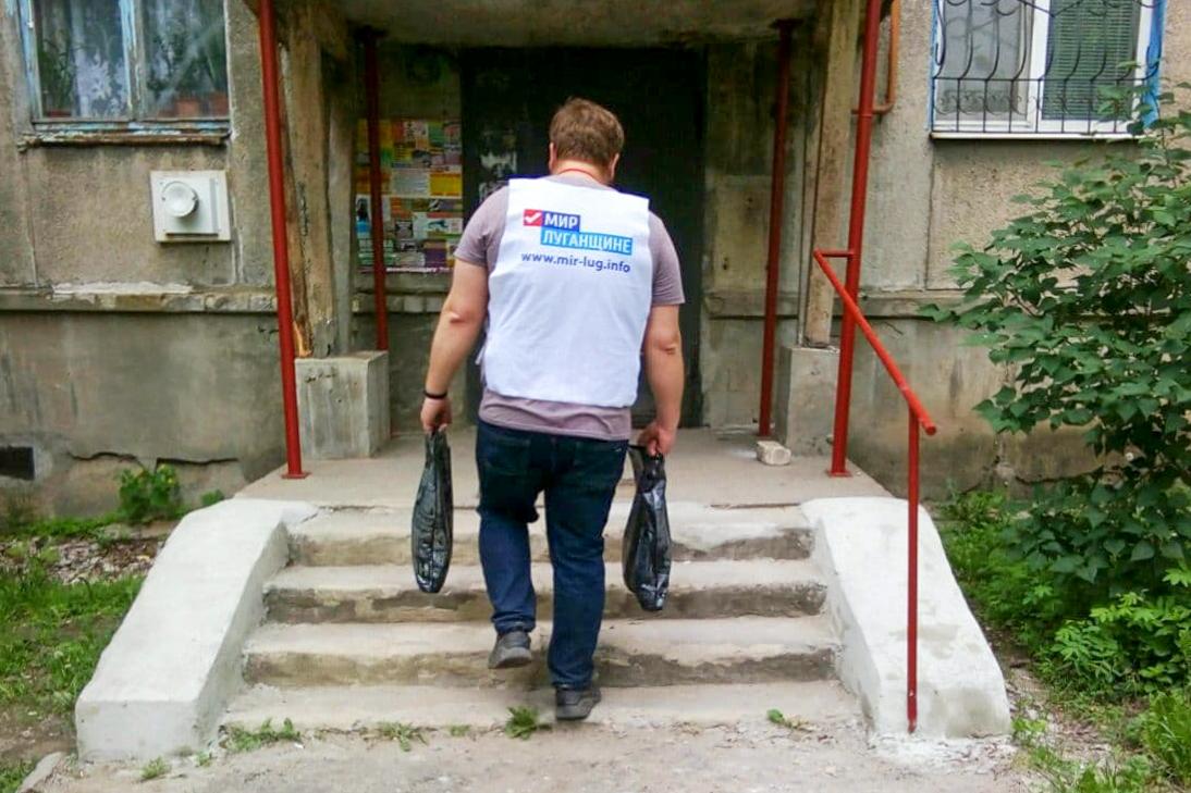 В рамках акции «Рука помощи» волонтеры помогли жителю Стаханова