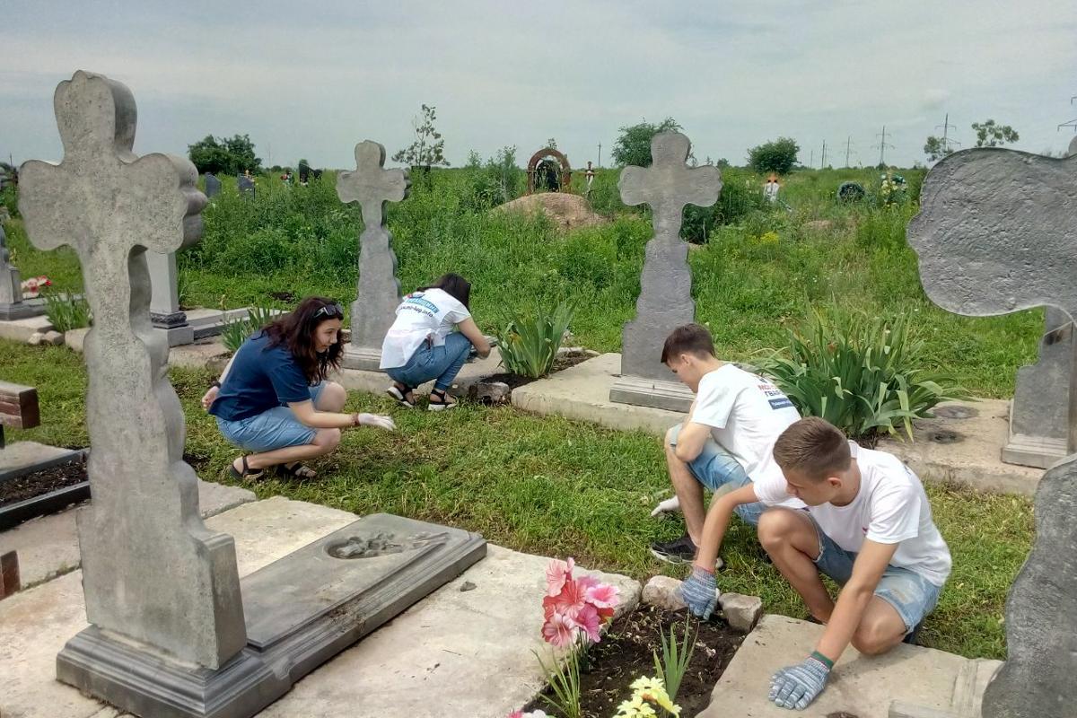 Активисты Перевальска привели в порядок территорию Аллеи Славы 2