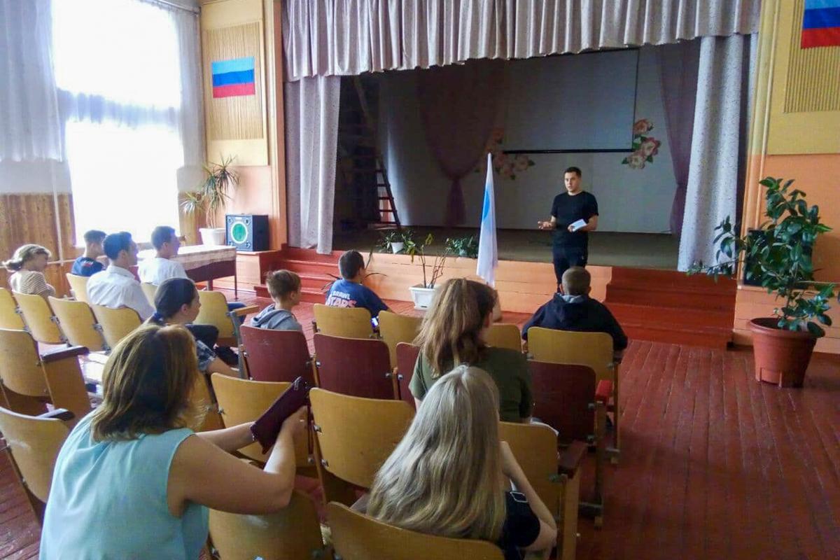 Координатор проекта «Молодая Гвардия» в Стаханове и депутат Молодежного парламента ЛНР встретились с молодежью города Ирмино 1