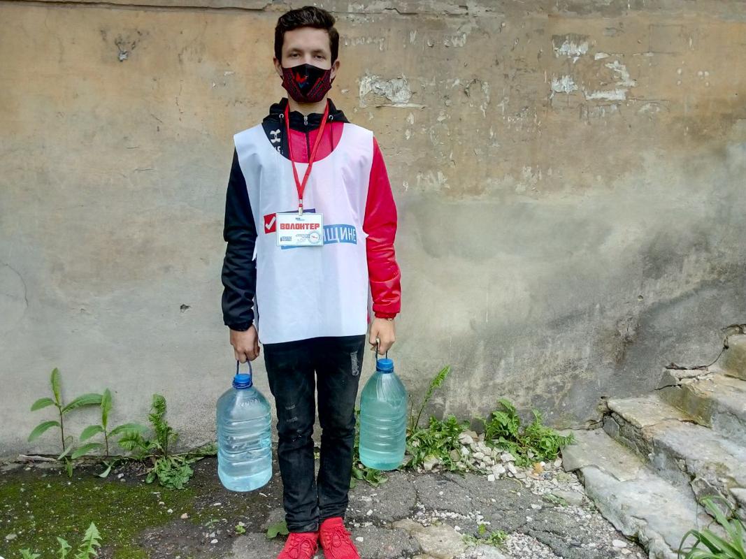 В рамках акции «Рука помощи» волонтёры помогли жительнице Перевальска