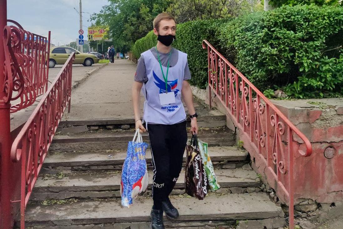 Волонтёры из Стаханова помогли жительнице города