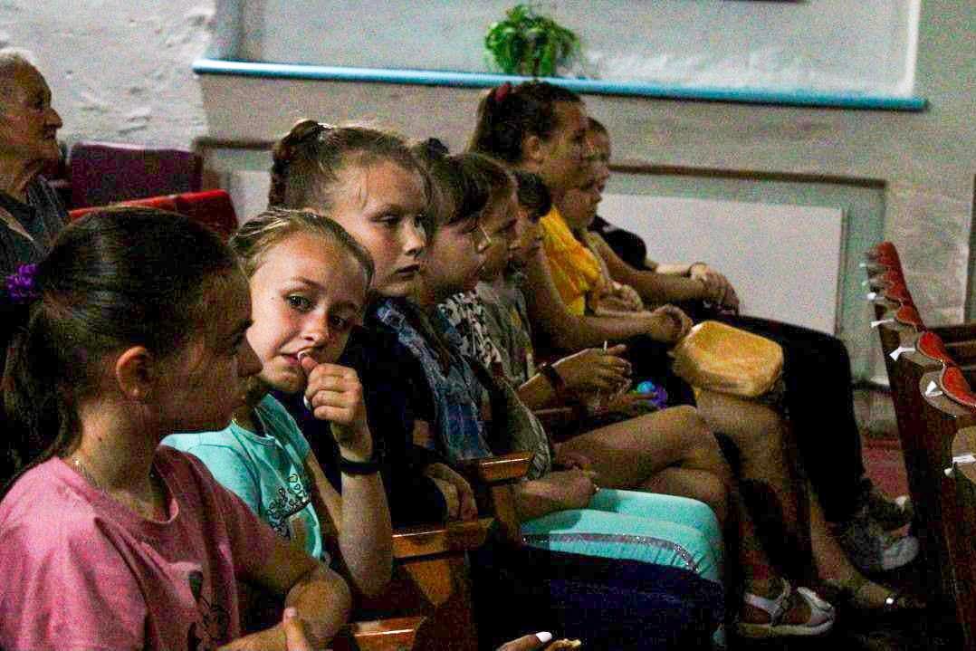 Для жителей двух населённых пунктов Антрацитовского района провели бесплатные кинопоказы