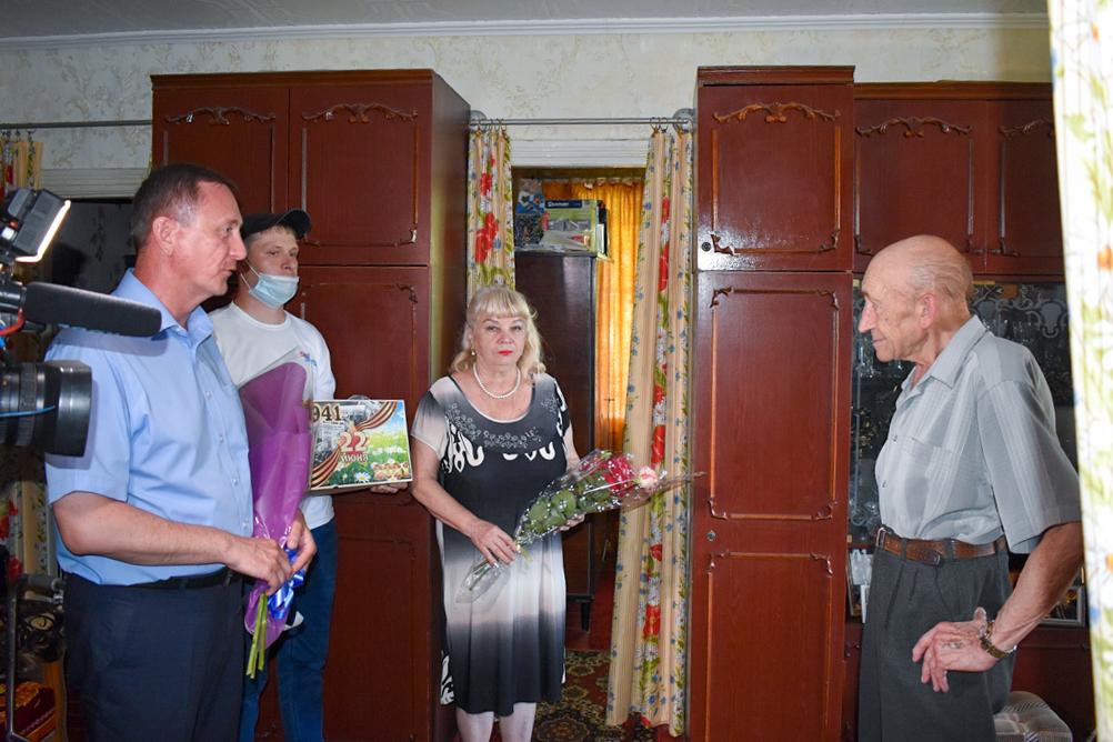 С 80-летним юбилеем жителя Брянки поздравили глава администрации и активисты проекта «Забота о ветеранах» 2