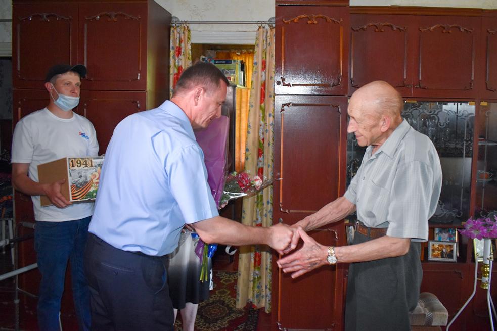 С 80-летним юбилеем жителя Брянки поздравили глава администрации и активисты проекта «Забота о ветеранах»