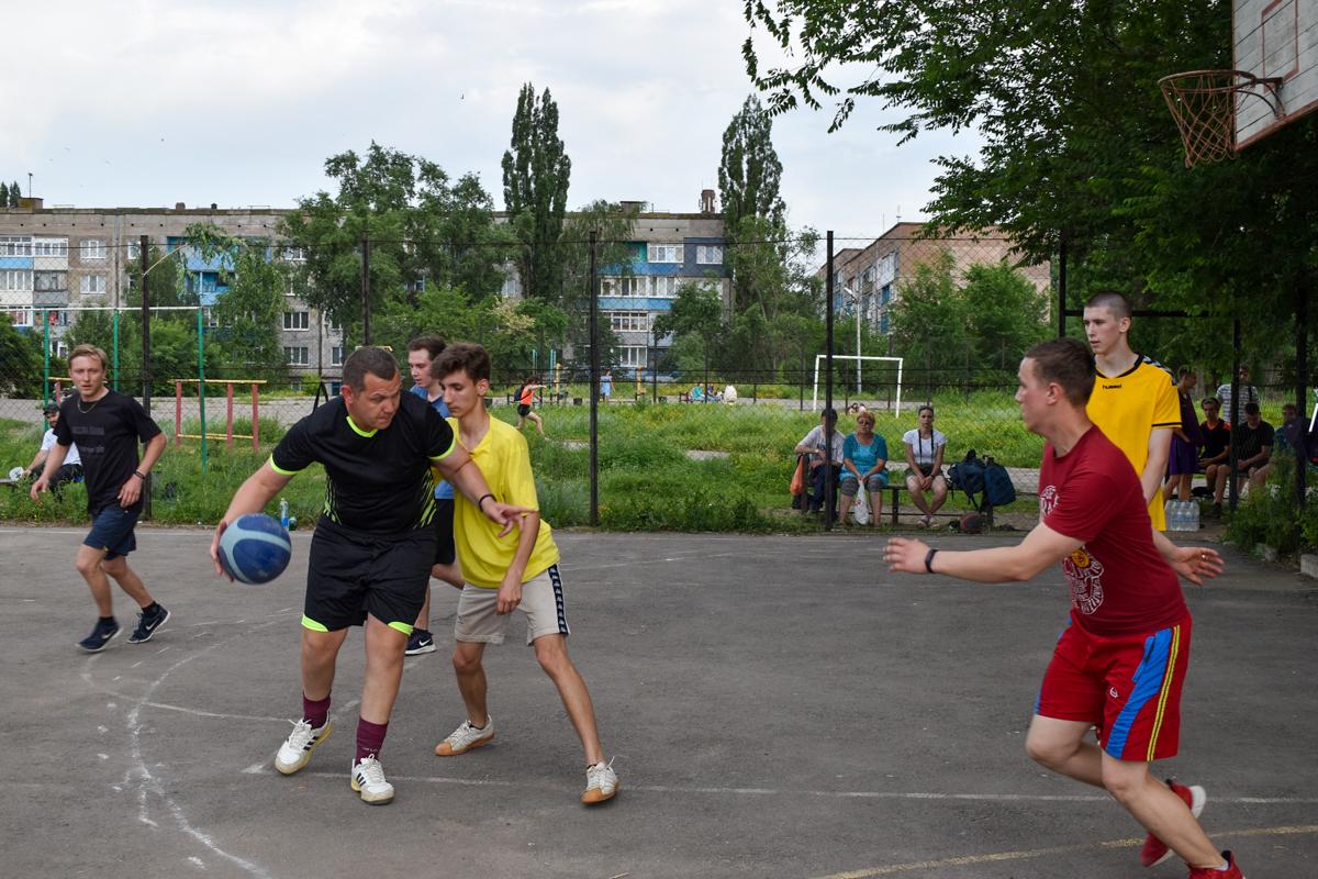 Активисты из Брянки провели городской турнир по стритболу ко Дню молодёжи
