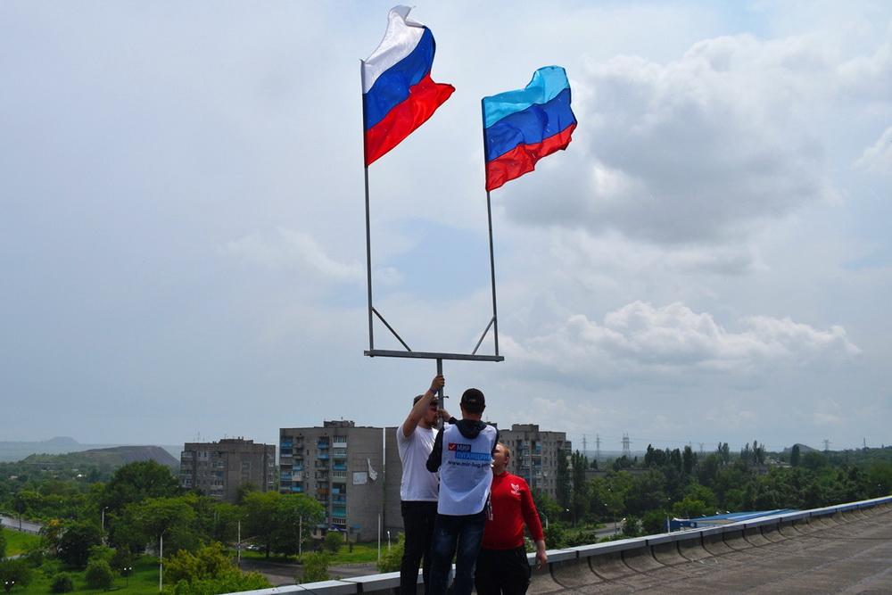 Во всех городах ЛНР в честь Дня России подняли российский триколор 13