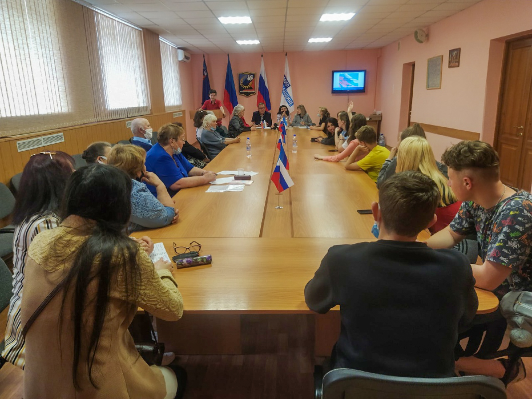 Активисты проектов «Забота о ветеранах» и «Молодая Гвардия» Перевальского района провели совместный брейн-ринг ко Дню России