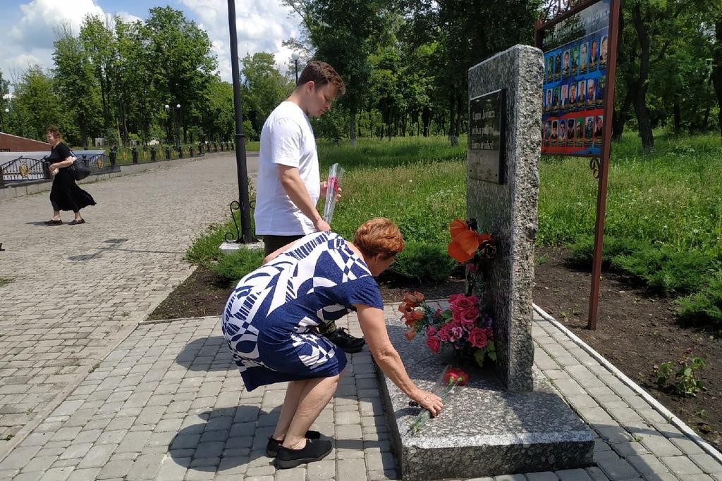 В Свердловске активисты ОД «Мир Луганщине» возложили цветы к памятному знаку погибшим защитникам Донбасса 1