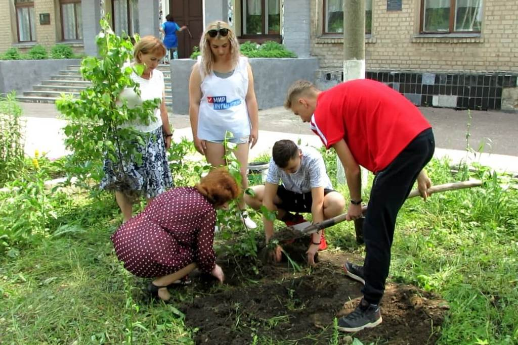 Заложение «аллей памяти» прошло в учебных учреждениях Брянки в день памяти погибших добровольцев 1