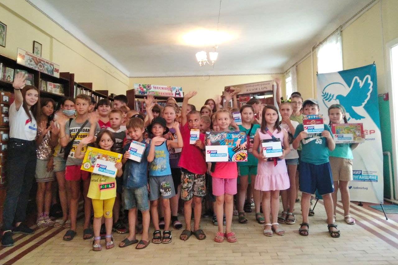 В Ирмино состоялось вручение настольных игр клубам в рамках акции «Мир Луганщине» – с заботой о детях!»