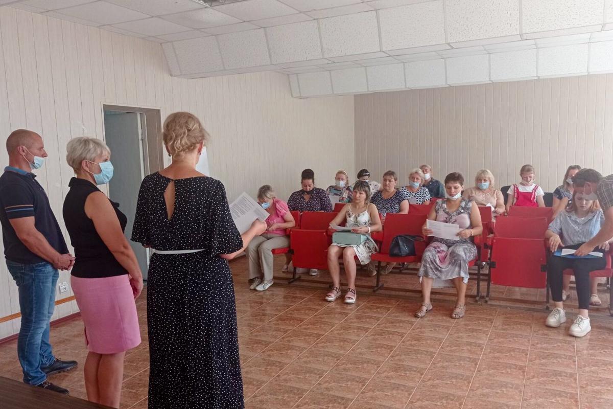 В поселке Родаково торжественно вручилибилеты участников и значки активистам ОД «Мир Луганщине»