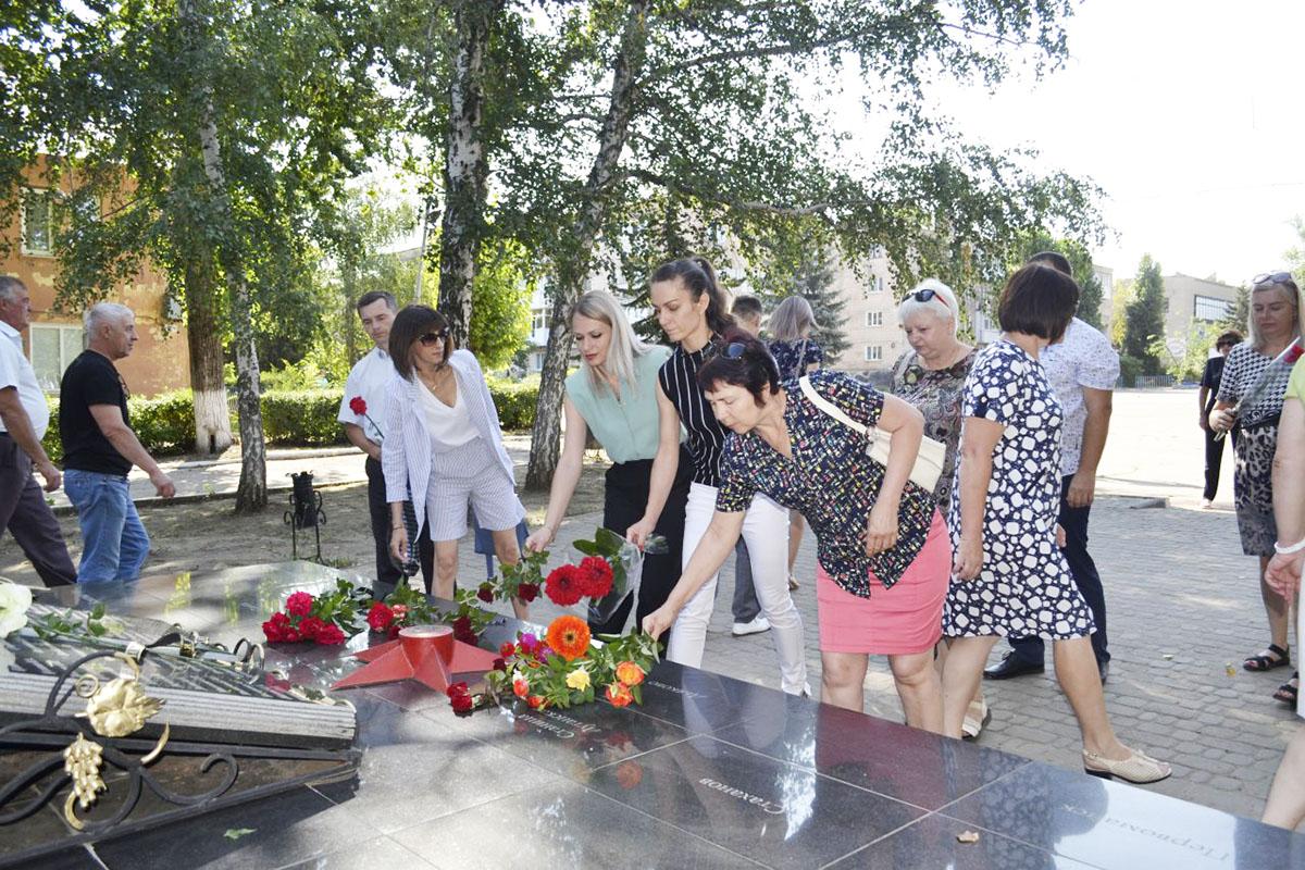 В Лутугино активисты почтили память земляков, погибших в 2014 году от агрессии ВСУ