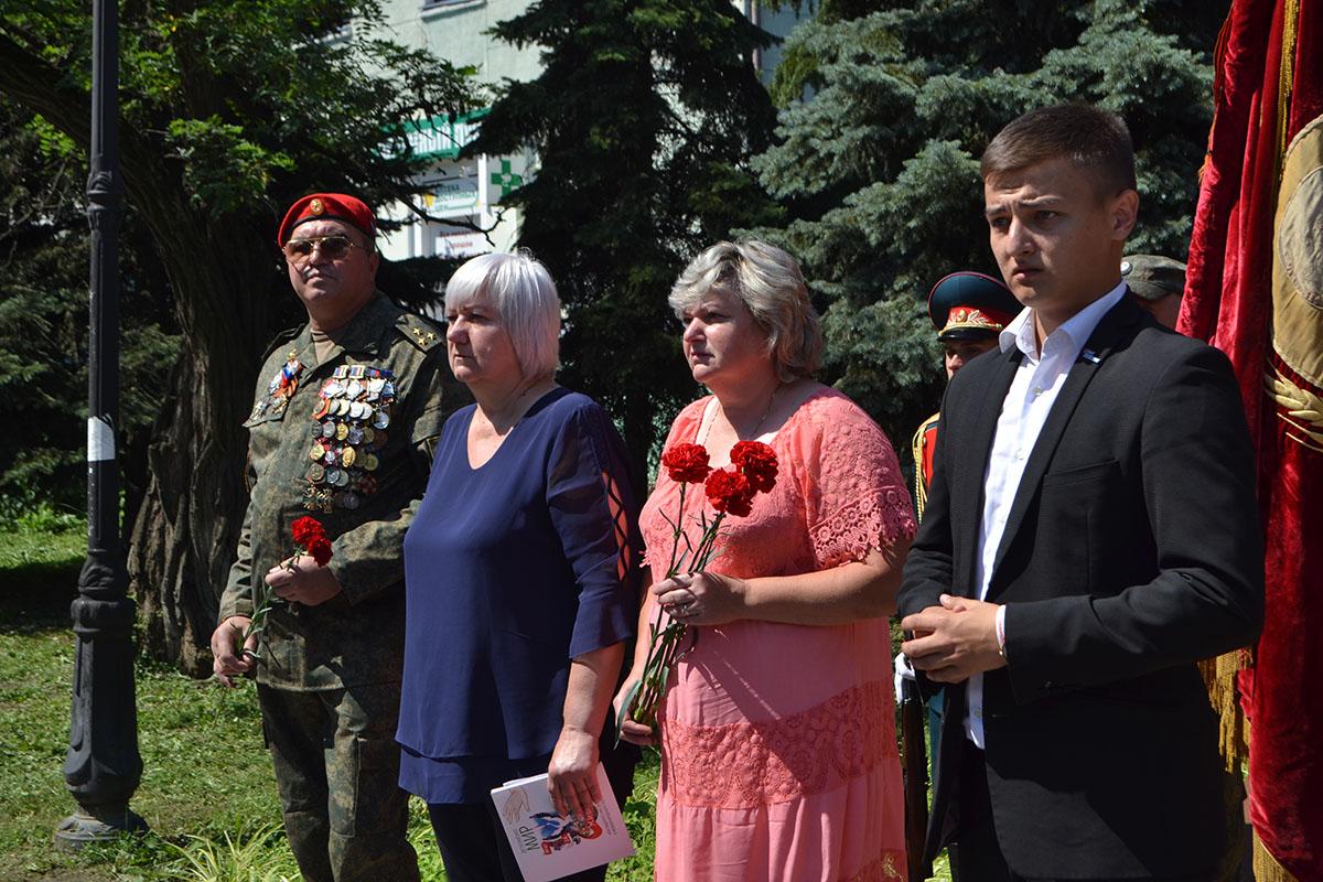 В Луганске прошло торжественное шествие, посвященное Дню памяти ветеранов боевых действий