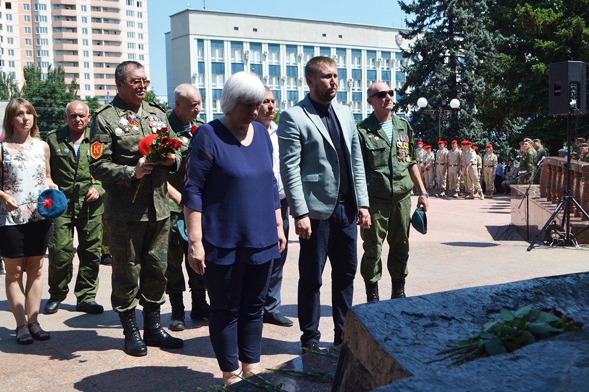 В Луганске прошло торжественное шествие, посвященное Дню памяти ветеранов боевых действий 1