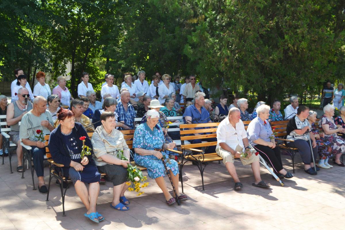 В Луганске почтили память погибших от обстрелов ВСУ подопечных гериатрического интерната 3
