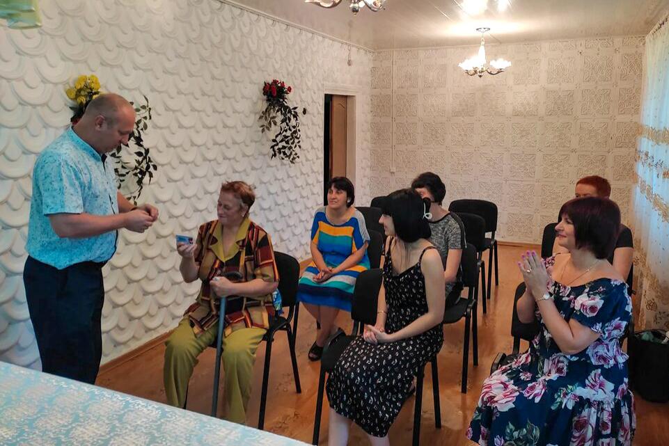 Активистам двух первичных отделений ОД «Мир Луганщине» Антрацитовского района вручили билеты участников и значки 2