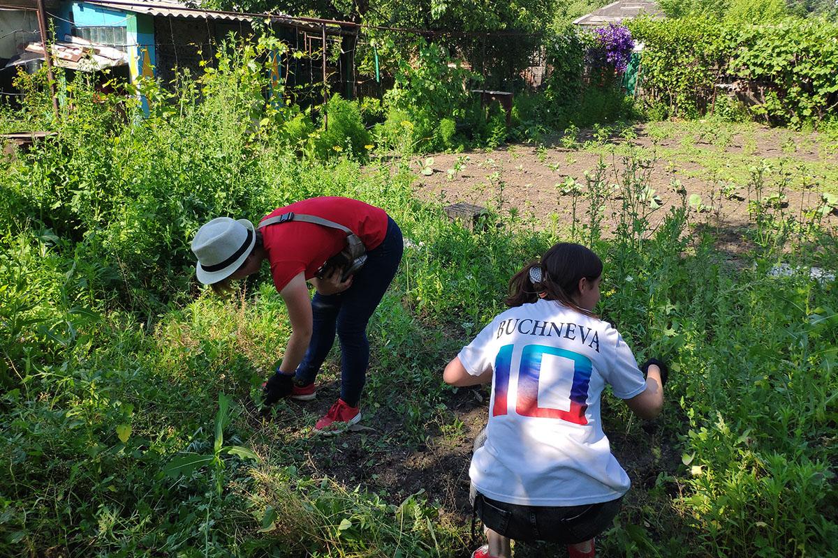 Краснодонские активисты помогли пенсионерке в уборке придомовой территории