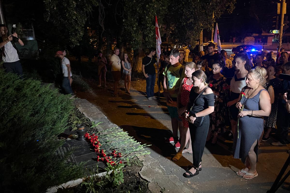 В Луганске почтили память погибших на перекрёстке квартала Солнечный в 2014 году 5