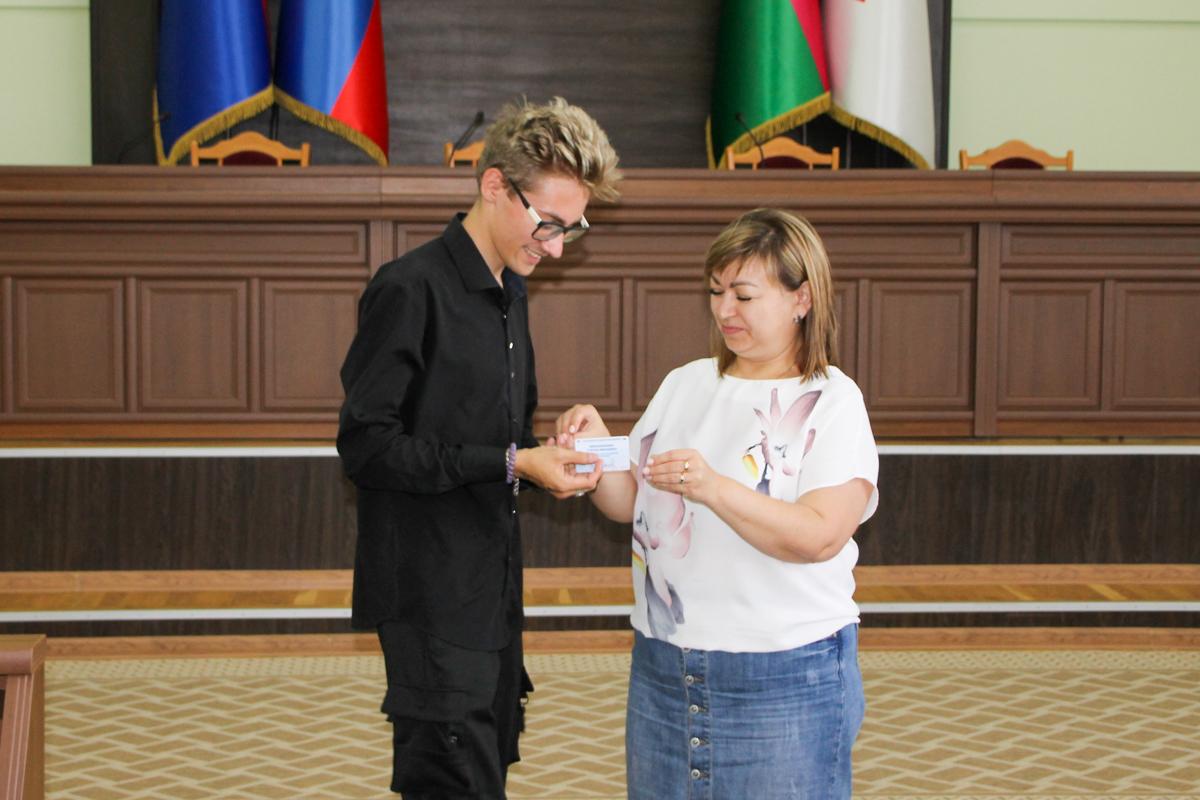 Новым активистам движения в Антраците вручили билеты участников и значки 2