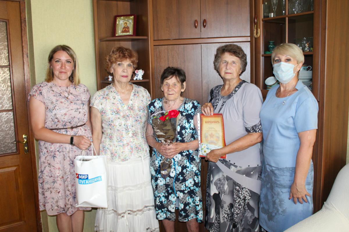 Активисты поздравили ветерана из Славяносербска с 90-летием