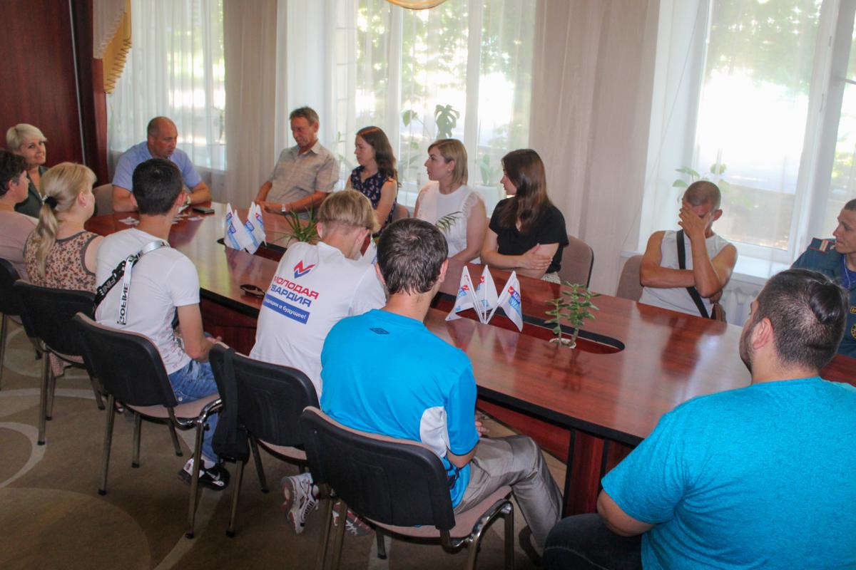 Билеты участников движения и значки в Славяносербске получили 13 активистов 2