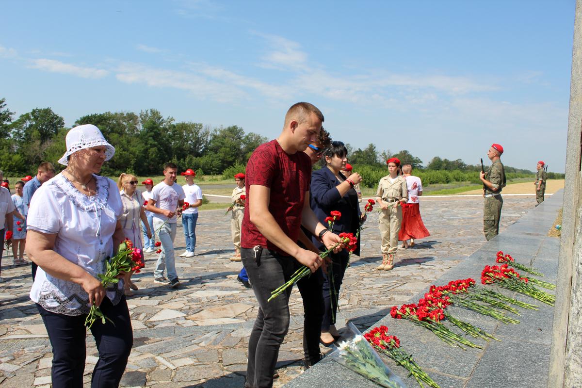 Депутаты и активисты ОД «Мир Луганщине» в Славяносербске почтили память Алексея Ерёменко 3