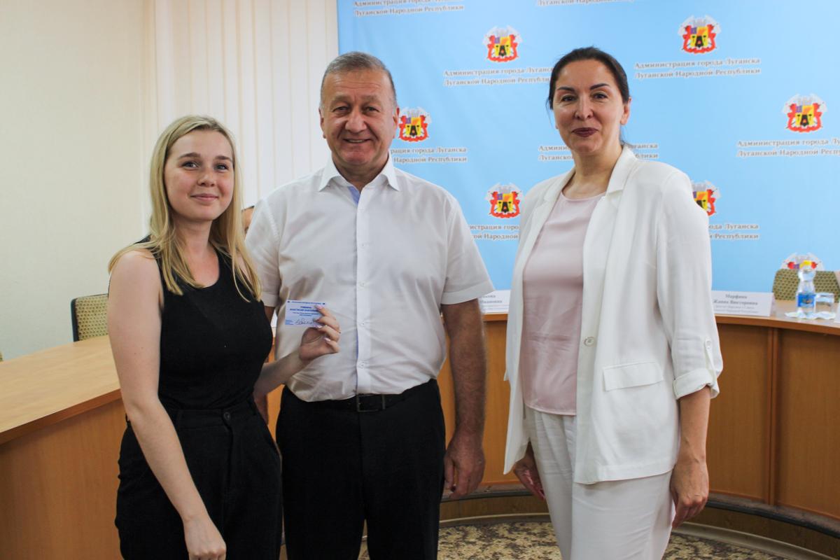 Новым активистам ОД «Мир Луганщине» в Луганске вручили значки и билеты участников движения