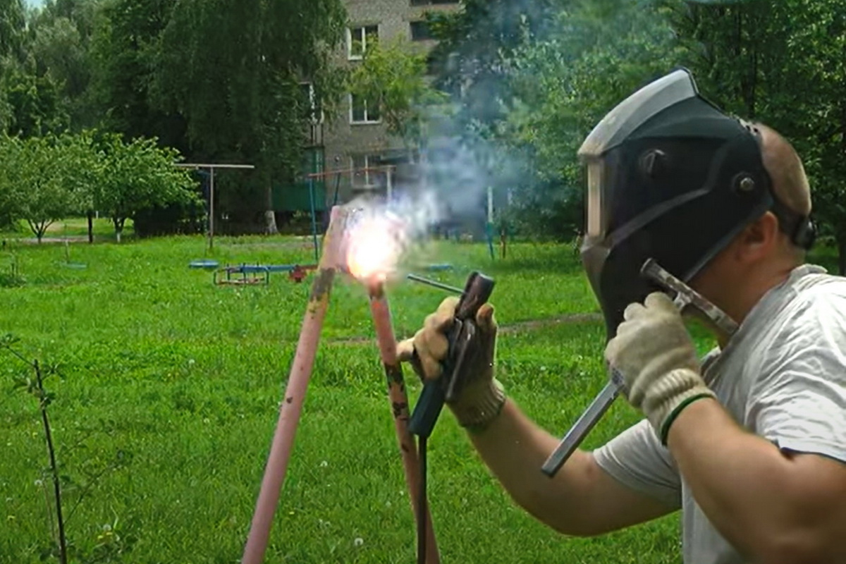 Активисты установили качели в квартале Гагарина города Ровеньки 1