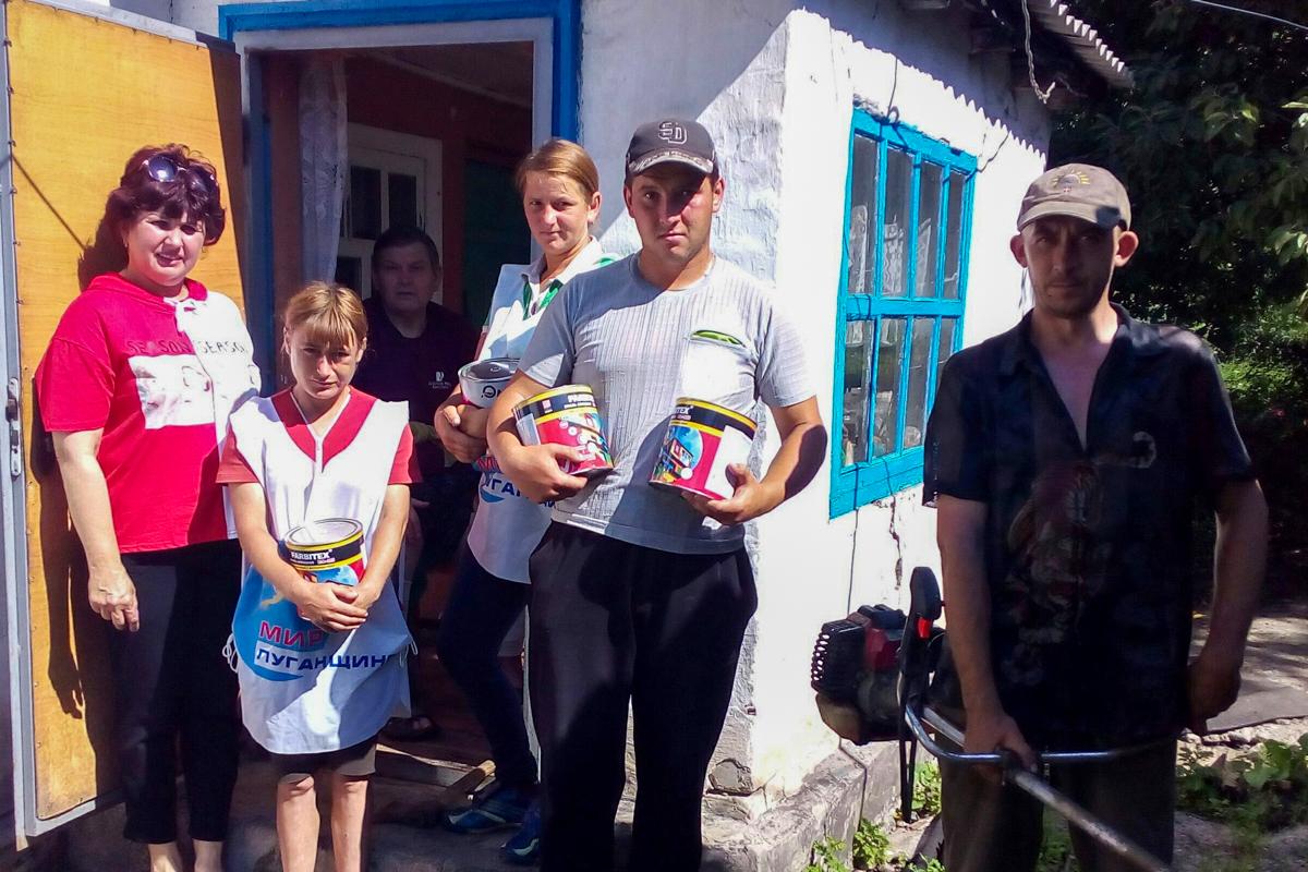 Перевальские активисты помогли пенсионеру в уборке придомовой территории 1