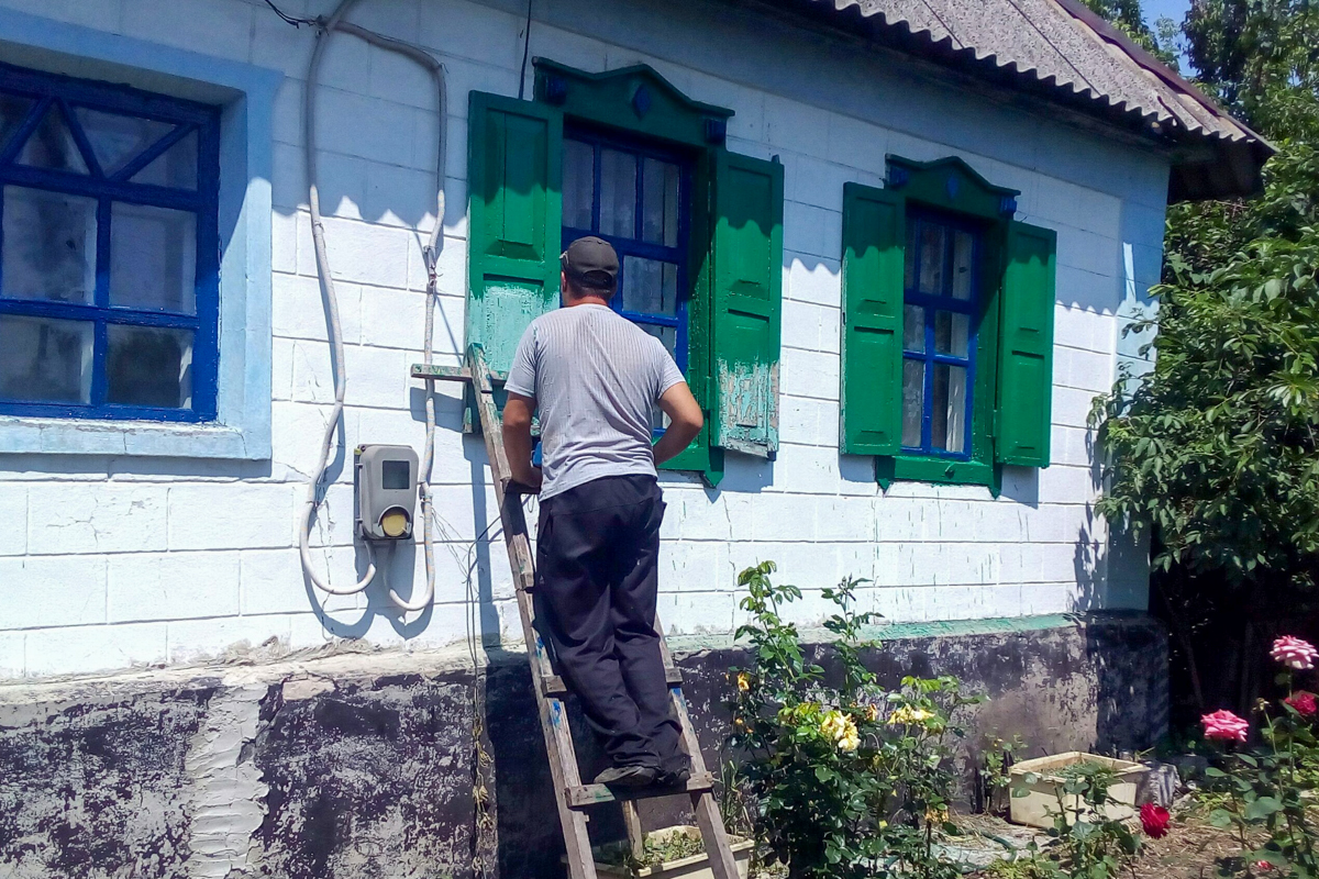 Перевальские активисты помогли пенсионеру в уборке придомовой территории 2