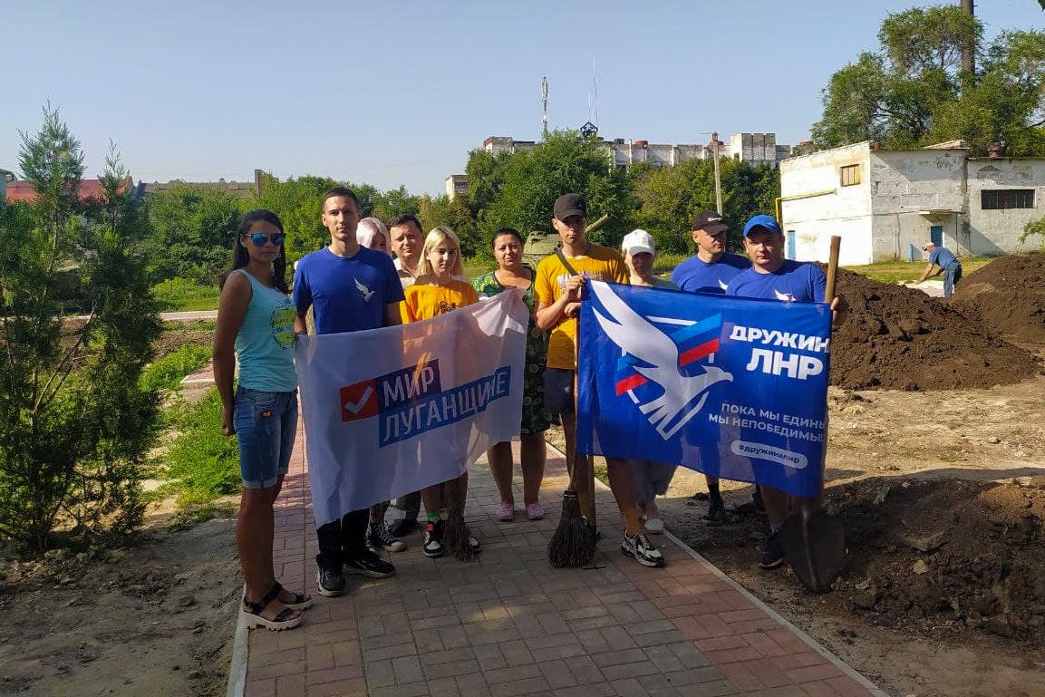 Первомайские активисты провели субботник у закладного камня в память о погибших мирных жителях и защитниках Донбасса 2