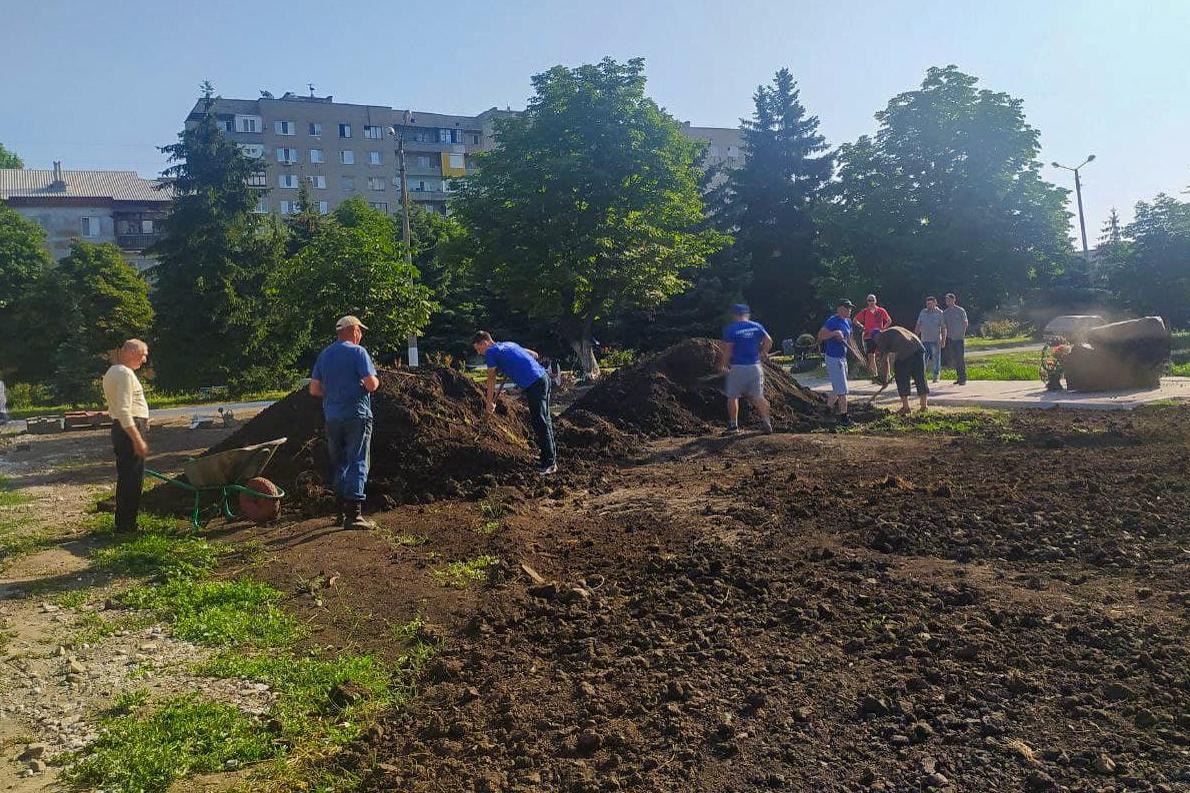 Первомайские активисты провели субботник у закладного камня в память о погибших мирных жителях и защитниках Донбасса 1