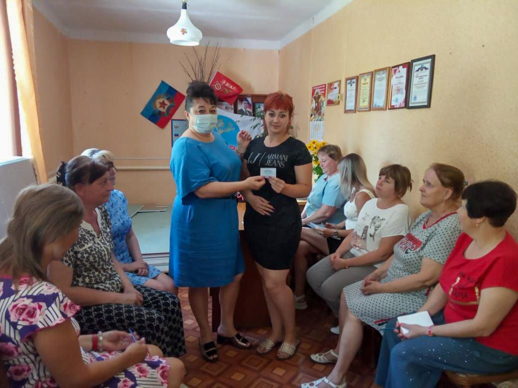 Активистам Перевальского теротделения ОД «Мир Луганщине» вручили билеты участников