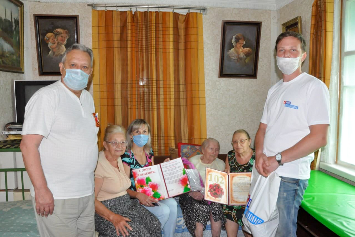 В Стаханове поздравили 102-летнего ветерана Великой Отечественной войны с днём рождения