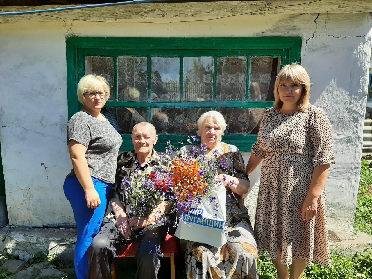 Краснолучские активисты поздравили семейные пары-долгожители