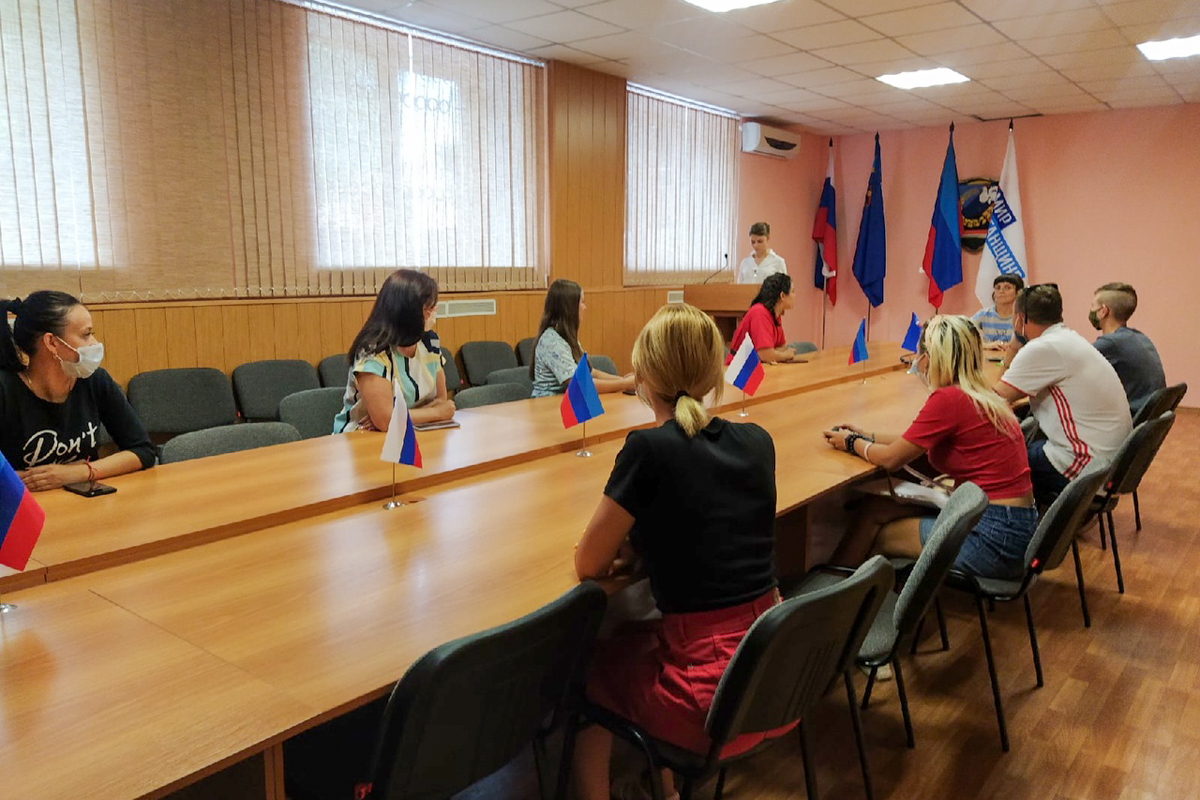 Активисты проекта «Молодая Гвардия» почтили память воинов, защитников Донбасса в Перевальске