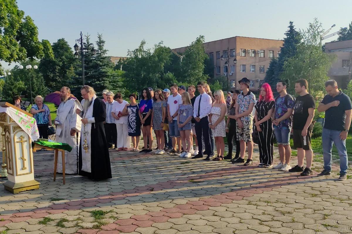 В городах и районах ЛНР почтили память жертв авиаударов по станциям Старая и Новая Кондрашевская 14
