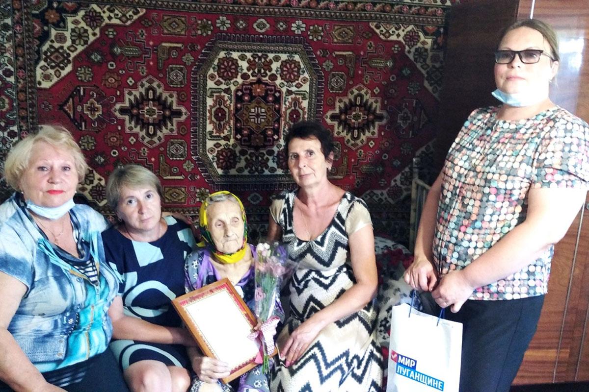 В Свердловске активисты поздравилис днем рождения ветерана