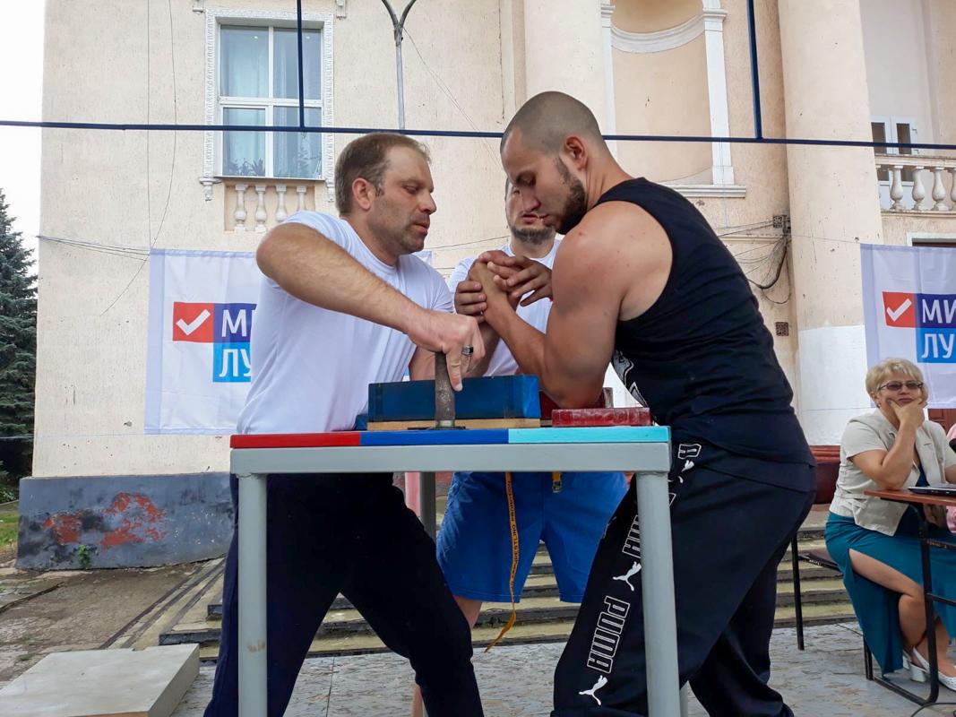 В Лутугино прошёл открытый турнир по армрестлингу, приуроченный ко Дню физкультурника