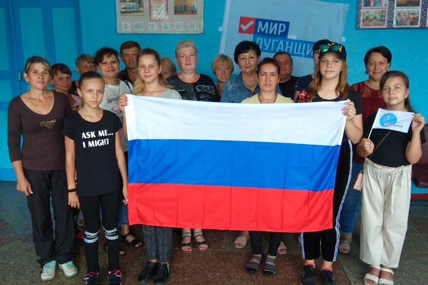 В городах ЛНР отметили День Государственного флага Российской Федерации 12