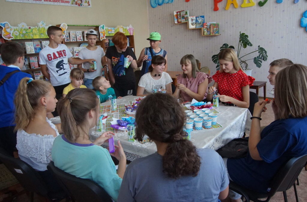 В городах Стаханов и Алмазная в рамках акции «Мир Луганщине» – с заботой о детях!» волонтёры передали настольные игры клубам 1