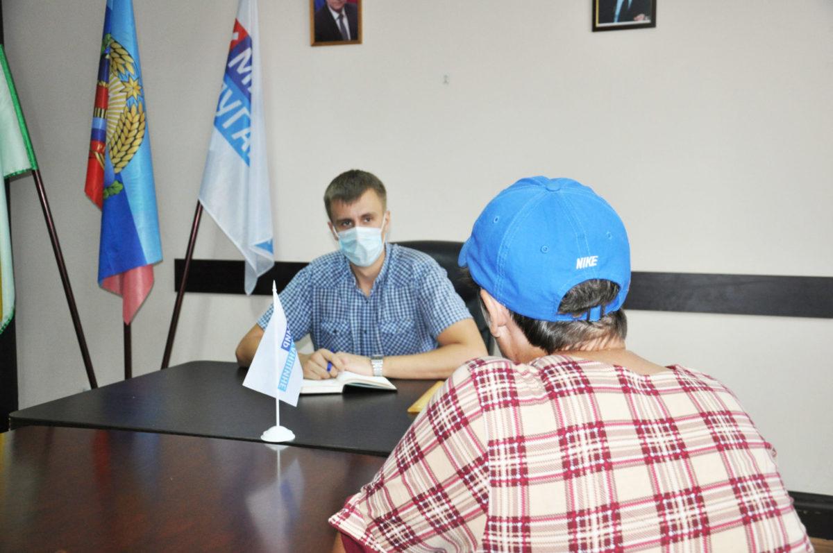 В Свердловске провел прием граждан помощник депутата Константина Скрыпника
