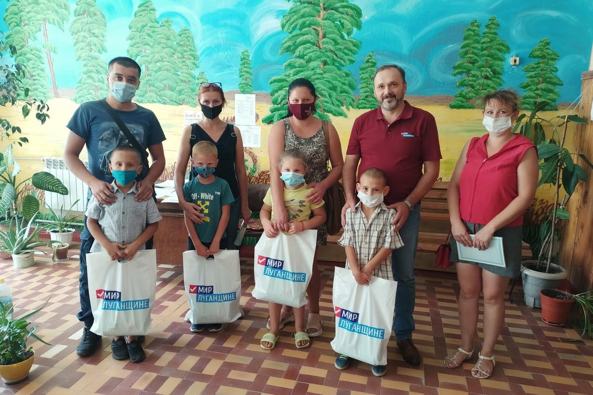 Первоклассники Славяносербщины из многодетных семей получили канцелярские наборы от проекта «Волонтер»