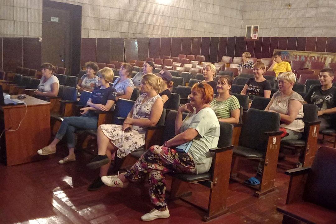 Активисты организовали показ фильма для жителей Южной Ломоватки