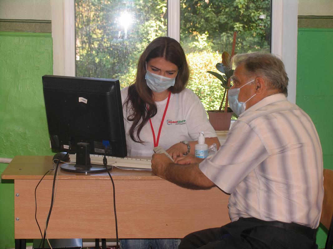 Жители Лутугино продолжают подавать заявления на участие в электронном голосовании на выборы в Госдуму РФ
