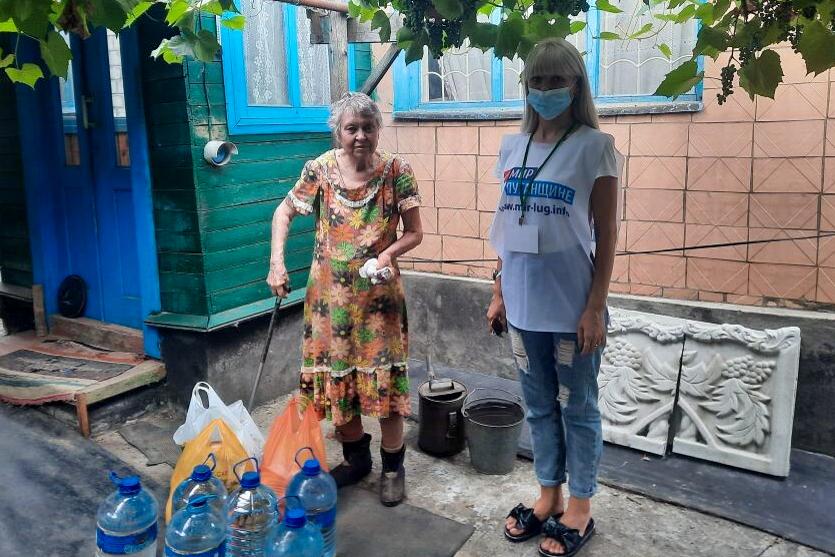 Краснодонские волонтёры помогли жительнице города