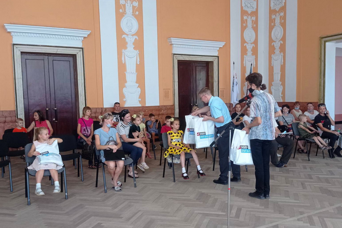 В Алчевске подарили подарки первоклассникам из многодетных семей