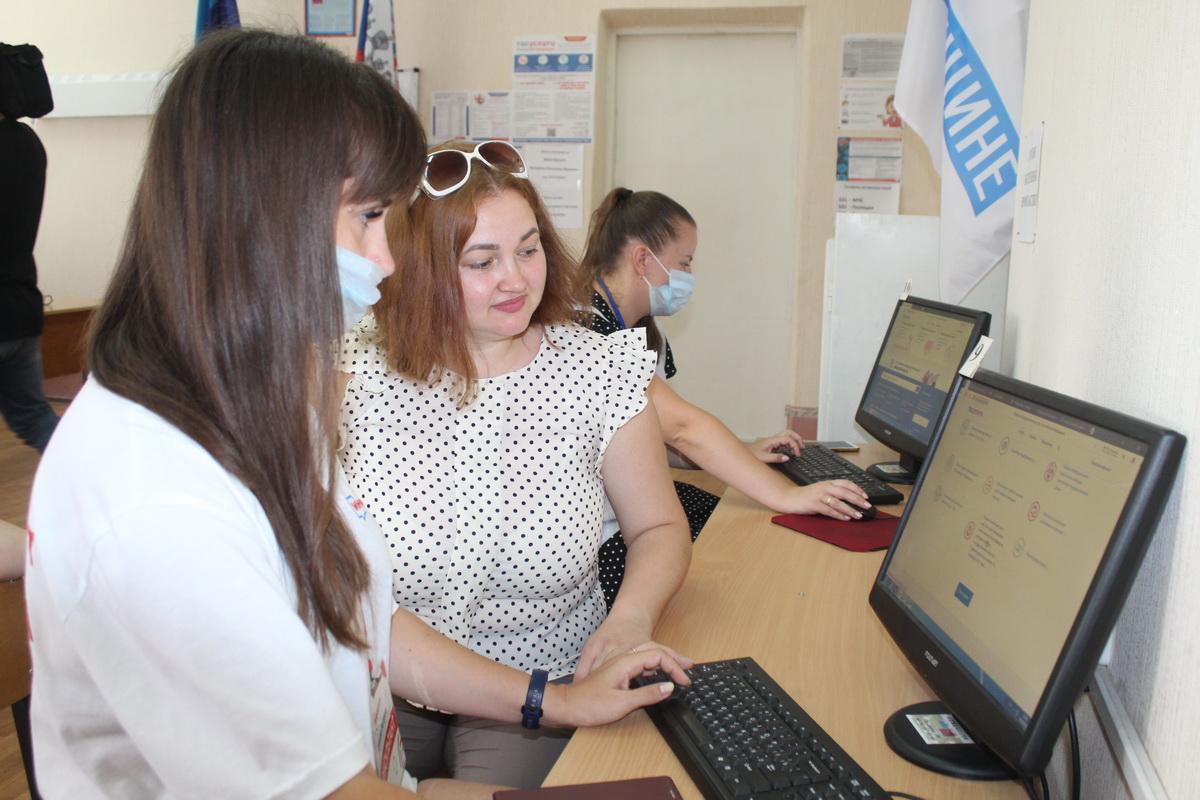 Жители Алчевска подают заявления на участие в онлайн-голосовании в инфоцентрах 1